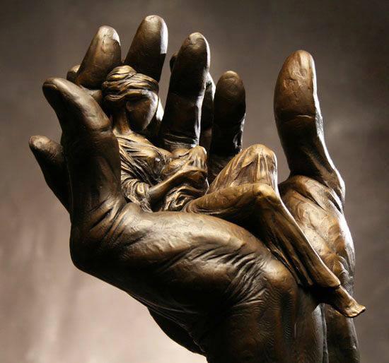 Sculpture femme enfant et main